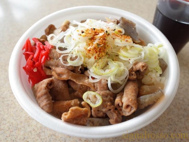 【中山競馬場グルメ】丼や らぐぅ「もつ煮込丼、コロコロ牛タンの赤ワイン煮」【レポート】